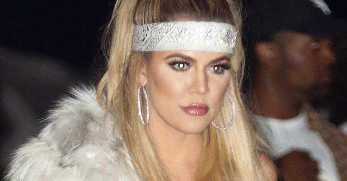 Kardashian luce un pañuelo este verano